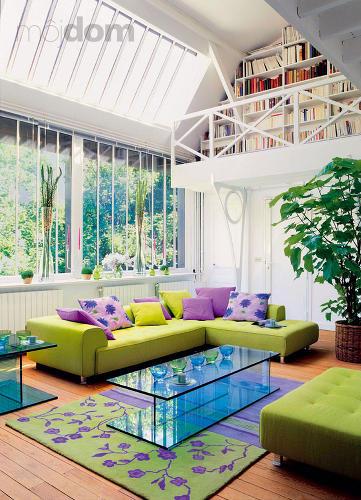 Farebná svetlá obývacia izba