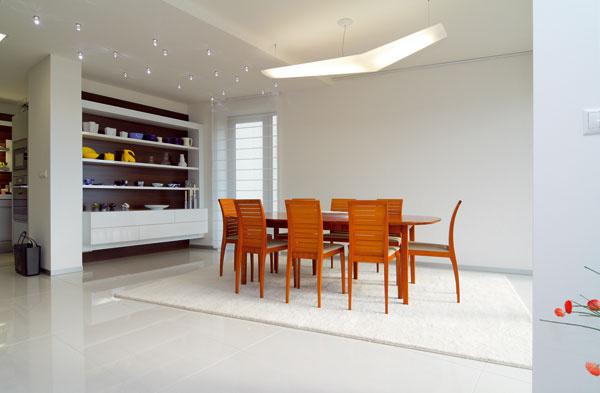 Letu svietidla značky Artemide nad dánskym jedálenským stolom sa prizerá zbierka porcelánu Royal Copenhagen aďalších kúskov zdielní dánskych dizajnérov
