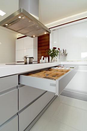 Že sa tu ľahko udrží poriadok, dokazujú perfektne rozčlenené zásuvky kuchynskej linky