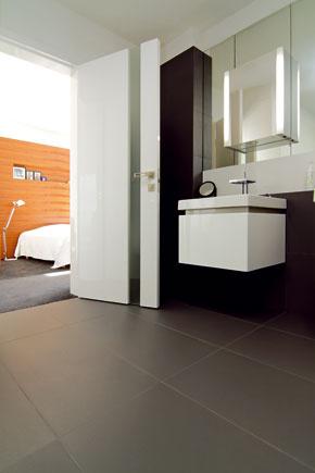 Už voľakedy objavené apre súčasný interiérový dizajn charakteristické je prepájanie spálne skúpeľňou. Na ňu však môžu nadväzovať aj ďalšie časti bytu.