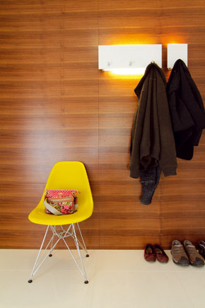 Chodbové zátišie so stoličkou podľa návrhu manželov Eamesovcov, ktorej dizajn pamätá 50. roky minulého storočia.
