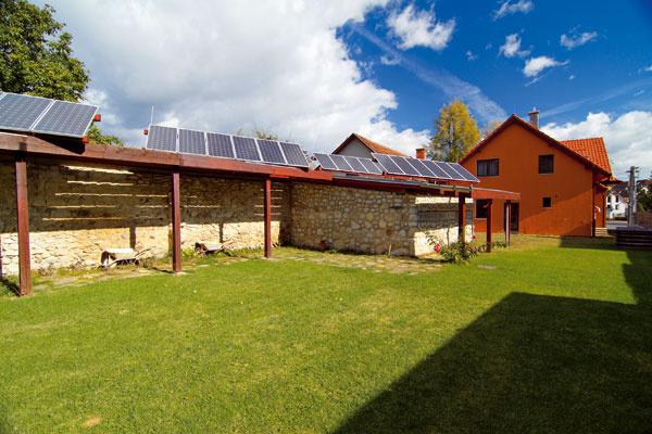 Fotovoltické panely sa dnes oplatia aj domácnostiam – jednak vďaka zníženiu obstarávacích nákladov, jednak vďaka garantovaným výhodným výkupným cenám energie vyrobenej vo fotovoltických elektrárňach.