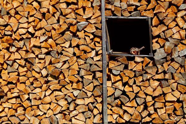 """Aby drevo """"odovzdalo"""" celý svoj tepelný potenciál, malo by byť dokonale vysušené"""