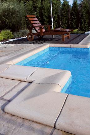 Betónové dlažby hravo splnia požiadavky na pohodlie aj bezpečnosť; vponuke výrobcov sú aj naozaj pekné série imitujúce napríklad prírodný kameň. PRESBETON Nova