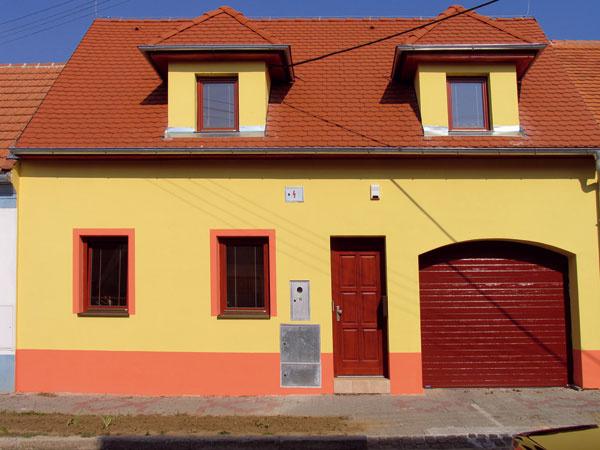 Aj vám sa zdali tie okná kploche fasády malé? Tak ste ich orámovali aprimaľovali aj oranžový pásik na fasáde? foto: Rik