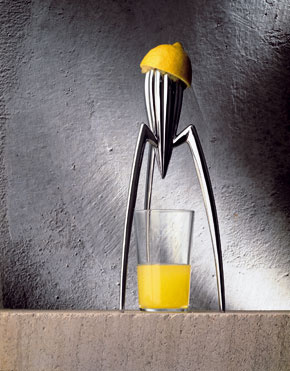 Najslávnejší odšťavovač na svete je bez pochýb dizajnový Juicy Salif od návrhára Philippa Starcka, Alessi, 66,70 €, www.design-house.sk