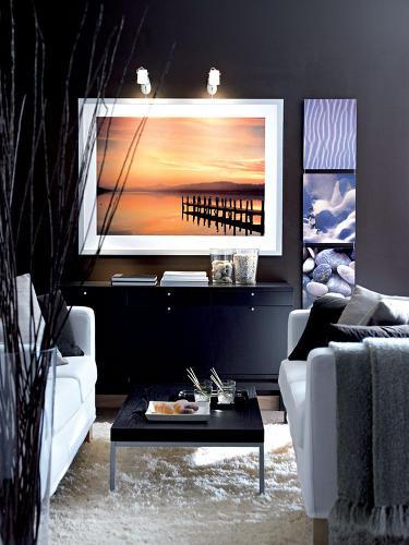 Obývacia izba s tmavými stenami