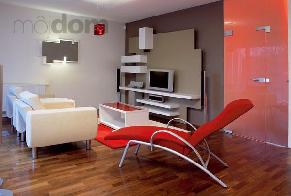 Moderná obývacia izba s prevládajúcou červenou farbou