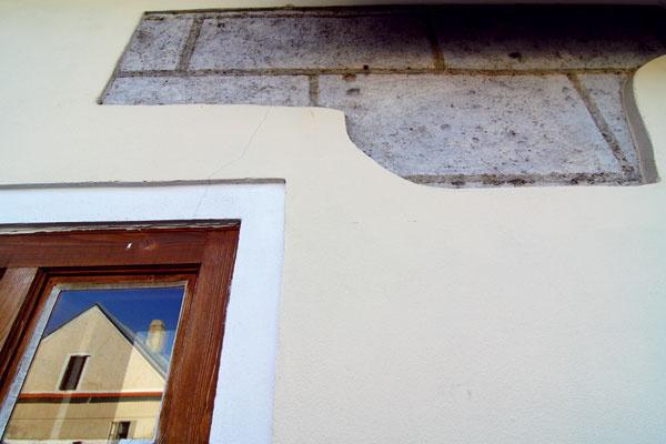 Neobývaný dom so smutným priečelím bol už len letmou spomienkou na čas, keď vňom hospodáril vinár, prisťahovalec zOravy Janko Lenčo.