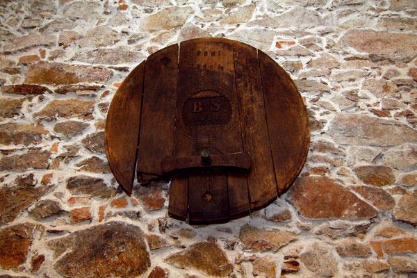 Čelo dubového suda sa zachoval zčias, keď tu gazdoval bývalý vinár.