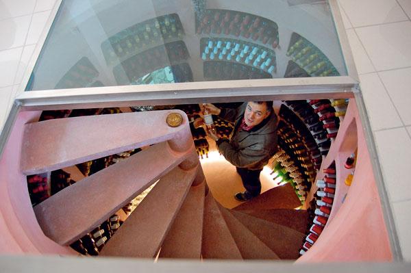 Samonosné regály (caisers), skonštruované akalibrované na mieru jednotlivých modelov vínnych pivníc, sa v90% prípadov inštalujú do už postaveného objektu.