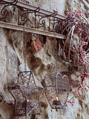 Staré múry adomácke zátišia ožili vianočnými ozdobami znábytkového domu Design House.