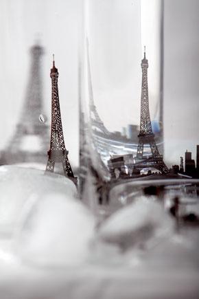 Poháre Paris od firmy KareDesign so striebornou siluetou metropoly Francúzska. Neumývajte vumývačke!
