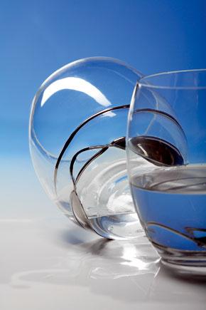 Súdkovité poháre zdobené strieborným ornamentom.