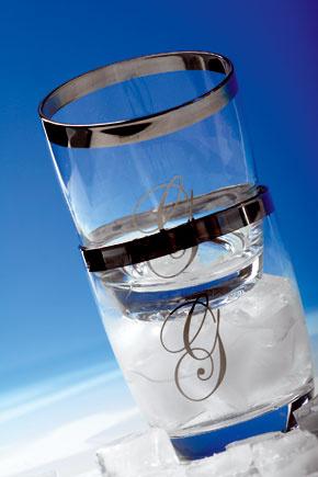 Poháre so strieborným okrajom amonogramom môžete použiť aj na vodu, ale ak máte chuť na niečo ostrejšie, na whisky sú ako stvorené.