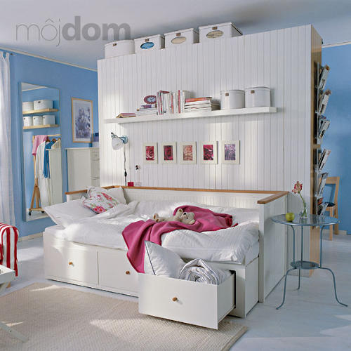 Biela spáľňa s modrými stenami
