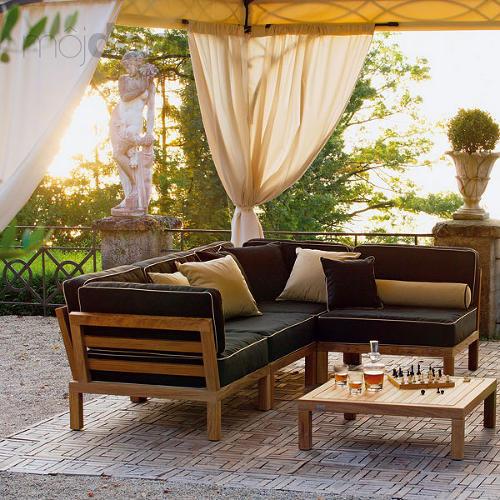 Terasa so zahradným nábytkom a stolíkom