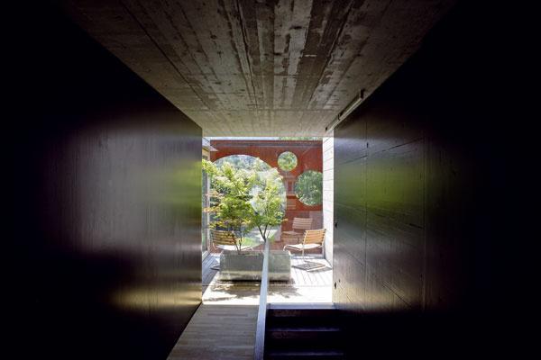 Na poschodí, medzi spálňou a detskou izbou, má miesto terasa s výhľadom na krajinu, opretá o jeden z nosných múrov poschodia.