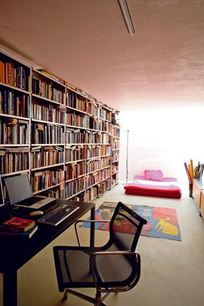 Detskej izbe s impozantnou knižnicou je venovaná podstatná časť poschodia.