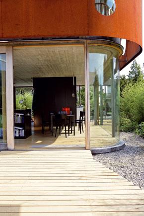 Vnútri, vonku a medzi tým zaoblený priehľadný roh domu.