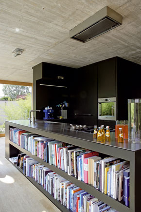 Časť kuchynského nábytku otočená do priestoru sa využíva ako knižnica.