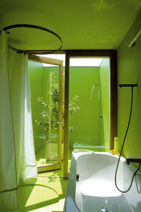 Najvnútornejší priestor v dome je exteriérom. Časť kúpeľne s vaňou, sprchou a zeleným polyuretánovým povlakom pokračuje maličkým átriom, kde si môžete dopriať slnečný kúpeľ pod otvoreným nebom.