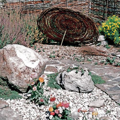 Suchá záhrada s kameňmi a štrkom