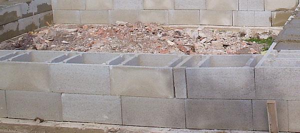 Betónové debniace tvárnice slúžia na zhotovenie zvislých betónových stien a stĺpov s nižšími požiadavkami na ich tepelnoizolačné vlastnosti – napríklad pri výstavbe garáže či pivničných priestorov.