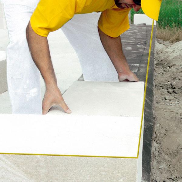 Obvodové murivo z pórobetónu by sa malo začínať minimálne 30 cm nad upraveným terénom alebo by ho mala chrániť spoľahlivá hydroizolácia.