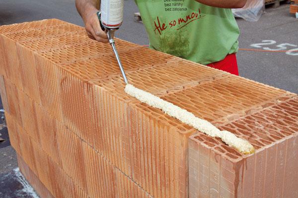 Pri murovaní na penu, ktorá je určená špeciálne na lepenie brúsených tehál, treba lepené povrchy zbaviť prachu a nečistôt, a ak to teplota prostredia dovoľuje, dobre navlhčiť.