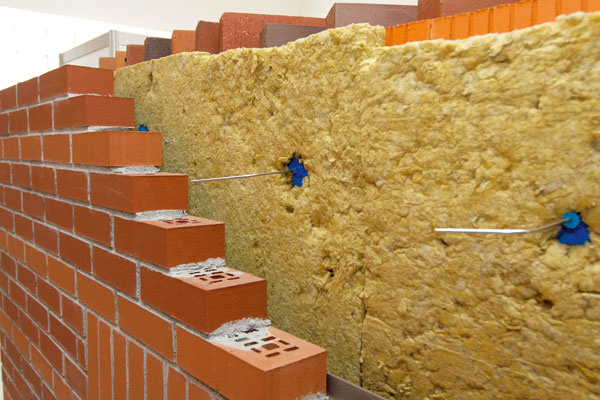 Lícové tehly sú určené na zhotovovanie neomietaného, čiže lícového (takzvaného režného) tehlového muriva v exteriéri alebo interiéri.