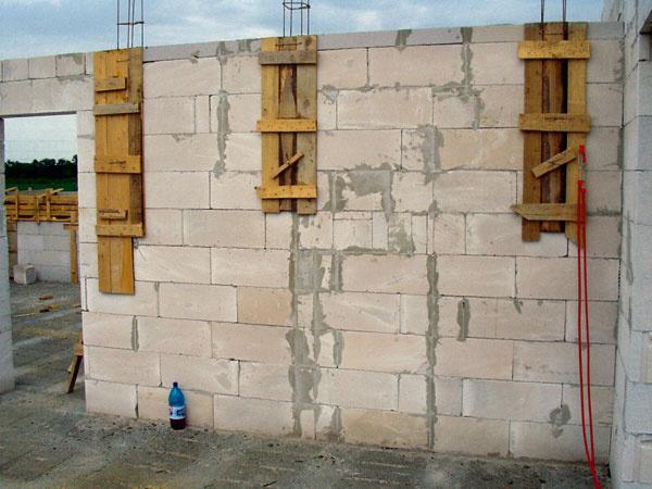 Aj tie najkomplexnejšie stavebné systémy s množstvom vopred pripravených prvkov nezahrnú skutočne všetko, čo je na stavbe potrebné.