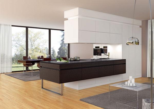 Výrobcovia dbajú, aby mali vo svojej ponuke také nábytkové kusy alebo zostavy, ktoré by sa vzhľadné odpredu iodzadu mohli ocitnúť voľne vpriestore medzi obývačkou a jedálňou.