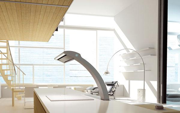 Oblúk klasického svietidla Arco podľa návrhu Achilleho Castiglioniho zroku 1962 aďalší klasik – polohovacie kreslo od Le Corbusiera LC4 – patrične vyniknú vľahko zariadenom interiéri. Neťažia ho ani farby, ani hmoty navyše. Kdvom solitérom vpozadí pribudol dizajnový kúsok ako súčasť kuchynského ostrova vpodobe digestora Seagull značky Elica.