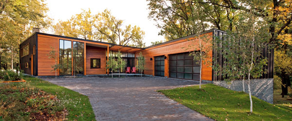 Dom obklopený lesíkom, obrátený sklenými fasádami kneveľkému jazeru, je pokojnou oázou na predmestí vyše trojmiliónového súmestia Minneapolis-Saint Paul vštáte Minnesota.