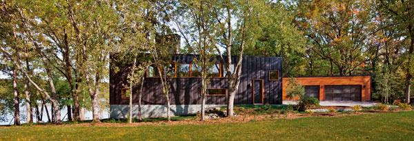 Steny vytvárajúce ľavé nárožie sú silno zošikmené, atak je dom aj ztejto strany transparentný – cez okná sa ponúkajú priehľady do krajiny.
