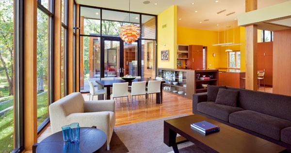 Veľké plochy skla abiely náter stien vyvažuje vkuchyni svietivá neapolská žltá abrezová podlaha svýraznou kresbou.
