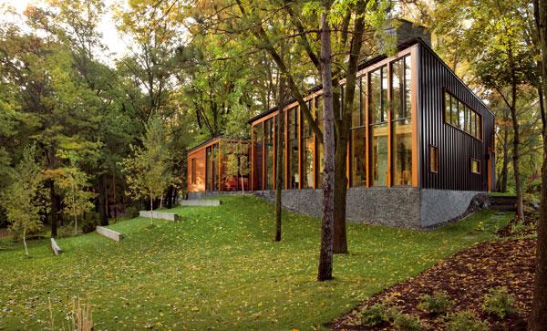 Osemstupňový sklon strechy, odvodený z konfigurácie terénu, posilňuje dojem, že dom zapadá do krajiny.