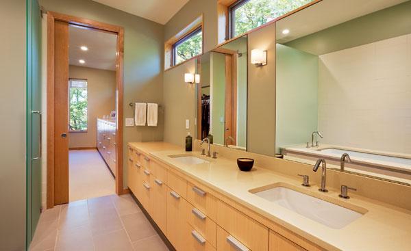 Zariadenie kúpeľne ašatníkov zverili majitelia výrobcovi zpredchádzajúceho bydliska, ktorý navrhol aj kuchynské skrinky apríborník votvorenom obývacom priestore. Za sklenými dverami je toaleta.