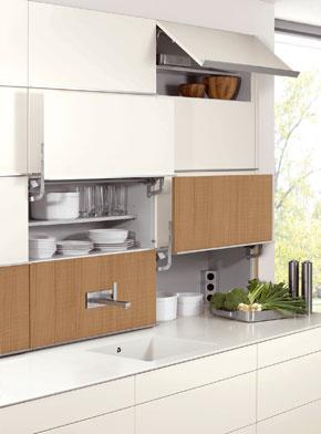 Nábytkové moduly vybavené rôznymi možnosťami otvárania, vyklápania a vysúvania možno obmieňať vjednej zostave aj vodlišných povrchových úpravách.