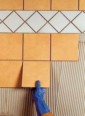 Lepenie keramického obkladu malého formátu lepidlom triedy C1 na stene ošetrenej cementovou omietkou vinteriéri