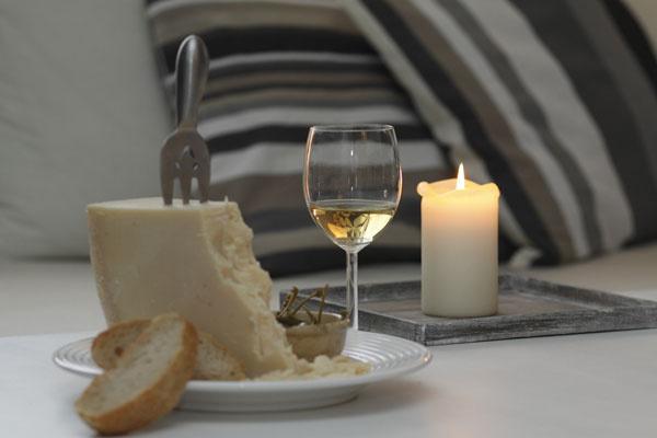 Syrovo-vínna kompozícia na tému rodinného podniku: Miša smanželom sa pustili do podnikania   sroznáškou bioproduktov, čerstvých mäsových výrobkov, syrov arýb priamo do domácností   areštaurácií. Zatiaľ sa im darí.
