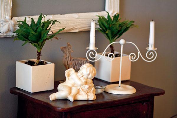 Dekoračné doplnky do obývacej izby – svietnik s anielom