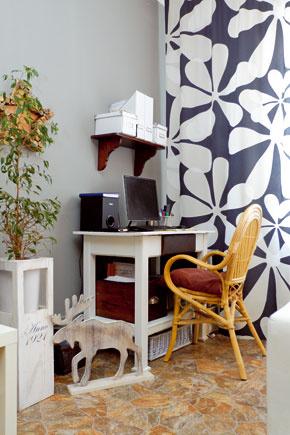 Pôvodne kuchynský pracovný stolík od susedov plní funkciu počítačového stola. Domáci sa   priznali, že sediac na stoličke zbambusu si na spodnú poličku obyčajne asradosťou vykladajú   nohy.