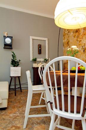 Model 311-1542, vážiaci 3,9 kilogramu, patrí do kolekcie stoličiek zohýbaného dreva zbývalého   podniku Tatra nábytok Pravenec. Okrem klasických thonetiek od konca 19. storočia sa tu ešte v60.   až 80. rokoch minulého storočia vyrábali moderné stoličky navrhnuté vynikajúcimi slovenskými   dizajnérmi. Konštrukcia bola pre dizajn stoličiek podstatným východiskom, od ktorého sa vnávrhu   odvíjala forma adekor. Návrhári-vývojári súčasne zohľadňovali účel, krásu itvar.