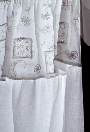 Vpredajni Elmine našli inšpiráciu na biely efektný záves spásom madeiry. Tú mali aj   vdomácich zásobách. Zlátky sa mala pôvodne ušiť sukňa, ale predstava štýlového závesu na okne   vobývačke bola silnejšou motiváciou.