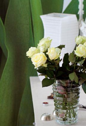 Dve komody zIkey prekryli doskou, atak vznikol príjemný kus nábytku, ktorý vďaka bielej farbe   opticky neubral zpriestoru. Na súkomodí si Miša vytvorila kvetinové zátišie.