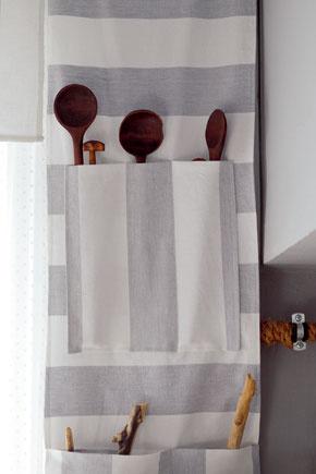 Na varešky ahabarku – pamätníkov zo zásuvky starého kuchynského stola – sa ušil záves   svrecúškami. Visí pri kuchynskom okne.