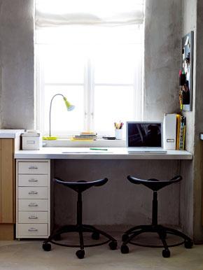 Pracovný stôl, či už vpracovni alebo detskej izbe, musí mať prísun denného svetla. Ak je stôl oproti oknu, je dôležité zabezpečiť tienenie, pretože priveľa slnka asvetelného jasu priamo pred očami môžu byť nepríjemné.