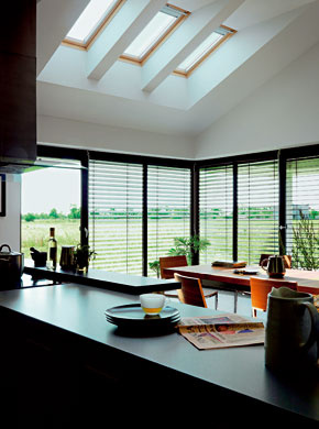 Na lepšie presvetlenie interiéru svysokým stropom je dobré využiť strešné okná, ktoré do priestoru pustia prirodzené svetlo aj zďalšieho smeru. Nezabudnite na vhodne zvolené ovládacie prvky adoplnky vysoko osadeného strešného okna.